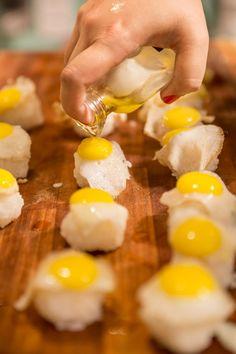 sushi de ovo de codorna com  azeite trufado e flor de sal | http://comalaemcasa.com.br/2014/08/sushi-de-ovo-de-codorna-com-azeite-trufado-e-flor-de-sal/