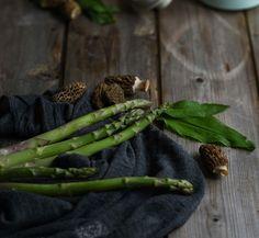 Es ist Spargel-Zeit! Liebst du Spargeln und möchtest du mehr davon essen weisst aber nicht genau was du alles daraus machen kannst? Komm spontan diesen Freitag zu mir in den Spargel-Kochkurs! Ich freue mich auf dich! Link ist in der Bio!  . In love with Spring!  . . . #vintagekitchen #vintagekitcheninbiel #f52grams #foodlover #beautiful #zerowaste #local #Biel #seasonal #healthy #nofoodwaste #firstweeat #mycommontable #locavore #theweekoninstagam #lifeandthyme #seasonalfood #feedfeed… Food Styling, Vintage Kitchen, Instagram Feed, Asparagus, Vegetables, Link, Beautiful, Friday, Knowledge