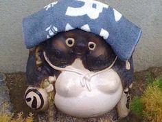 さて、ひとっ風呂浴びて、今年の汚れを落としますかね。Tanuki ... The Japanese Raccoon Dog Japanese Raccoon Dog, Japanese Love, Spirit Animal, Primitive, Modern Design, Homes, Twitter, Places, Kitchen