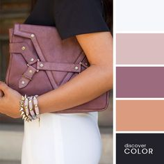 Chica usando una falda de color blanco y una blusa de color negro con una cartera de color morado