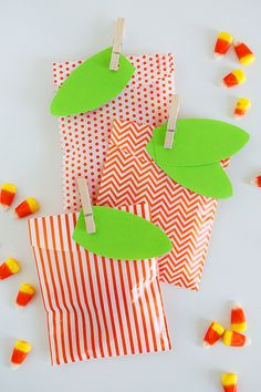 Simple Pumpkin Favor Bags - so fun and quick to put together... perfect for Halloween or thanksgiving!