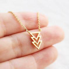 072b67406be2 Collar de Inés es finamente dibujada en acero inoxidable y dorado  delicadamente en oro de 18