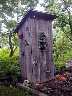 Love this outhouse.     La cabane au fond du jardin