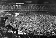 50 old photos of Cleveland Municipal Stadium that will make you feel nostalgic Cleveland Skyline, Cleveland Browns, Pink Floyd Concert, Philadelphia Athletics, Browns Game, Baltimore Colts, Baseball Park, Rock Concert, Vintage Photographs