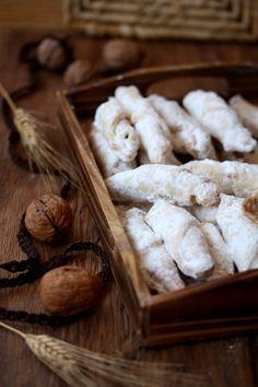 COOKING WITH ANISOARA: CORNULETE FRAGEDE - dulcele traditional al Craciunului