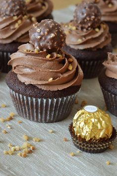 Rocher Cupcakes – Cupcakes with Ferrero Rocher. Delicious chocolate cupcakes Rocher Cupcakes – Cupcakes with Ferrero Rocher. Food Cakes, Delicious Chocolate, Chocolate Recipes, Lemon Cupcakes, Strawberry Cupcakes, Popcorn Cupcakes, Cupcakes For Men, Salty Cake, Chocolate Cupcakes
