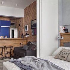 Apê pequeno com ambientes separados por porta de correr, esse é o studio by @renatalemosarquitetura que conta com tijolinho e madeira como acabamentos para criar um ambiente aconchegante  o pedido foi da @ellensodrebarbosa e @fran_rosaaa #ahlaemcasa #apêpequeno