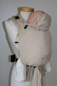 Der Storchenwiege BabyCarrier Natur ist aus reiner Baumwolle gearbeitet. Mit dem Carrier kannst Du Dein Baby auf dem Rücken und vor dem Bauch tragen. Sie ist sehr gut verstellbar und kann auf die inviduellen Bedürfnissen von Dir und Deinem Baby angepasst werden. Am Hüftgurt wird die Babytrage mit einer Schnalle geschlossen. Die Schulterträger werden gebunden.