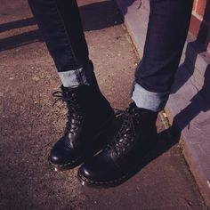 Docs and rolled up jeans Sock Shoes, Cute Shoes, Me Too Shoes, Dr. Martens, High Heel Boots, Shoe Boots, Platform Boots, Rockabilly, Doc Martens Outfit