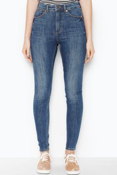 High waisted greatness, stretch slim cut jeans. High up on the style stakes – and the wardrobe winner stakes.• slim fit• high waist• cropped• stretch colour: Mid blue In a size28 the waist width is 68 cm and the inseam is 79 cm.The model is 177 cm and is wearing a size 28.