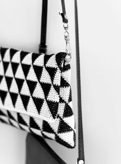 Tapestry crochet bag in black and white Diy Crochet And Knitting, Crochet Shell Stitch, Bead Crochet, Crochet Crafts, Crochet Stitches, Crochet Projects, Crochet Patterns, Crochet Clutch, Crochet Handbags