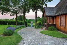 Kiedyś było tu szczere pole, dziś jest wypielęgnowany ogród. Ten dom przyjechał do Kazimierza z Roztocza.