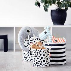 Set 3 Paniers de Rangement enfant - Happy Dots & Stripes - Done by Deer Le set de 3 paniers permet de ranger facilement tout ce qui traîne dans la chambre de votre enfant et la salle de jeux. De tailles différentes, vous pourrez ranger toutes sortes de jouets et même les produits pour langer votre bébé ! Chacun des paniers est doté de 2 poignées pour faciliter le transport.
