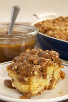 Praline Bread Pudding with Caramel-Pecan Sauce is full of pecans, brown sugar, and a bit of cinnamon. Then, it's topped with a sweet, nutty caramel sauce. - Bake or Break by lupe Köstliche Desserts, Delicious Desserts, Dessert Recipes, Yummy Appetizers, Health Desserts, Dinner Recipes, Mousse, Sauce Recipes, Baking Recipes