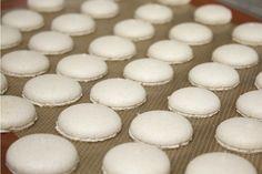 Aprenda agora mesmo a fazer uma receita de macarons irresistível para compor a sua mesa de doces ou oferecer como lembrancinhas de casamento.