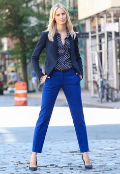 Pantalon azul rey, pantalon de tela mujer, outfit con pantalon azul, ropa f Business Casual Outfits, Professional Outfits, Office Outfits, Blue Fashion, Work Fashion, Fashion Outfits, Fashion Ideas, Cute Lounge Outfits, Cool Outfits