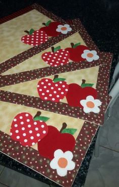 Jogo americano Jogo americano Jogo americano The post Jogo americano appeared first on Berable. Table Runner And Placemats, Quilted Table Runners, Quilting Projects, Sewing Projects, Projects To Try, Mug Rug Patterns, Quilt Patterns, Fabric Crafts, Sewing Crafts