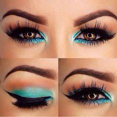Seashell blue eye makeup.
