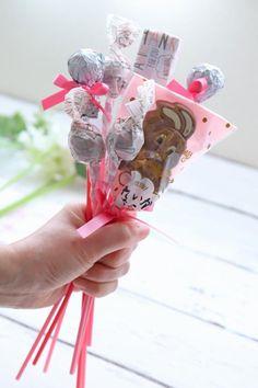 ホワイトデーに♪ 100均アイテムを使ったキャンディブーケの作り方 : 窪田千紘フォトスタイリングWebマガジン「Klastyling」暮らす+スタイリング Powered by ライブドアブログ Bouquet, Wraps, Gift Wrapping, Kids, Food, Presents, Flowers, Manualidades, Gift Wrapping Paper