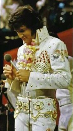Elvis was definitely King of all Music, beautiful voice and soul ! Elvis Presley Concerts, Elvis Presley Family, Elvis In Concert, Elvis And Priscilla, Priscilla Presley, Elvis Aloha From Hawaii, Elvis Presley Pictures, Graceland, My Guy