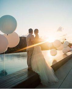 Imagem cheia de amor para inspirar o fim de semana! Não deixe a ansiedade e correria dos preparativos tirar a sua paz. Aproveite cada segunda de noiva e invista no que é o mais importante nisso tudo: o relacionamento de vocês! ❤️  -  🇨🇦 A breathtaking picture to welcome the weekend! Don't be too anxious with the wedding. Enjoy it and invest time in what matters the most: your relationship! {📷: @erika_gerdemark} #onamorocomeçanocasamento #berriesandlove #weddingday #casamentodossonhos…