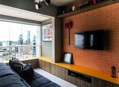 Loft com estilo industrial tem cores vibrantes e boas soluções de móveis