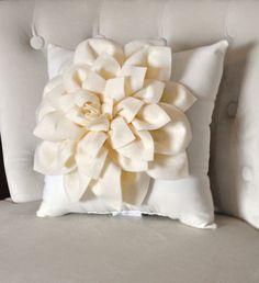 Dalia fieltro flor decorativa Throw Pillow rojo Aqua por bedbuggs
