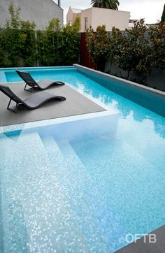 Simplistic wading pool with tanning ledge.