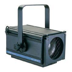 PR1221ArcoFR650/1000W  Proyector parateatro, conciertos ysalas de conferencias.Lalente PC (Plano convexa)proporcionaun haz precisoy una con variaciónde ángulodel hazde 11° a53°.El portalámparaspermite utilizar lámparas650ó1000WconGX9,5.Recubiertocon pinturaepoxi en polvonegro.UnViserade 4 hojasestá disponible como accesorio.Lente frontalØ 150mm. Para lámpara de 1000 watios con base GX9,5. Medidas: 287 x 422 x 387 mm Peso: 7 Kg