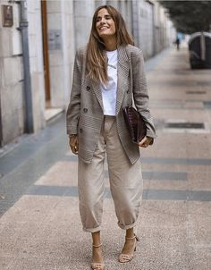 Oversized Neutrals Street Style Business Casual Look for Women – Plaid Blazer, Balloon Pants, and Nude Strappy Sandals Mode Outfits, Casual Outfits, Fashion Outfits, Womens Fashion, Casual Street Style, Casual Chic, Casual Look For Women, Spring Summer Fashion, Winter Fashion