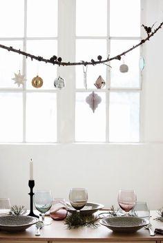 이미지 출처 http://www.apartmentapothecary.com/wordpress/wp-content/uploads/2013/12/Hanging-branch-over-Christmas-table.jpg