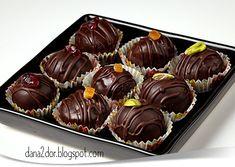 Clipe dulci si parfumate: Praline din ciocolata neagra cu aroma de portocale cu nuci si cu fistic Chocolates, Mini Cupcakes, Muffin, Good Food, Cooking Recipes, Ice Cream, Sweets, Breakfast, Desserts
