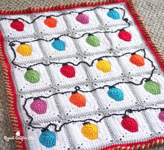 Crochet Christmas Lights Blanket (and candy cane border) - free pattern at Repeat Crafter Me. Granny Square Häkelanleitung, Granny Square Crochet Pattern, Crochet Squares, Crochet Granny, Free Crochet, Granny Squares, Square Blanket, Granny Granny, Crochet Blocks