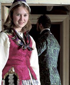<br><i>To-farga «kallemank» var mykje brukt både i kvinne- og mannskleda på 1700-talet i Nord-Trøndelag. Vi finn dette stoffet brukt både i kvinnetrøyer, stakk, liv og herrevestar</i>