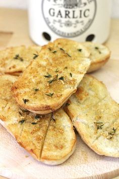 """Garlic baguette If something belongs to the summer, then clearly the """"garlic bread"""". The frozen ones, those from the fresh shelves with butter, those from the market . Garlic baguette If something belongs to summer Meat Appetizers, Appetizers For Party, Appetizer Recipes, Snacks Sains, Vegetarian Recipes, Healthy Recipes, Vegetarian Curry, Party Snacks, Garlic"""