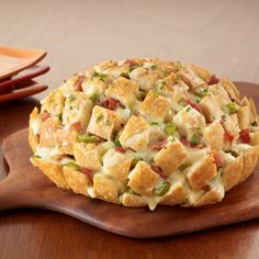 Your friends will love this delicious Pull-Apart Party Loaf filled with thick cut bacon, American Cheese, and jalapeño peppers! Appetizers For Party, Appetizer Recipes, Appetizers For New Years, Snacks Für Party, Football Food, Appetisers, Love Food, Tapas, Food To Make