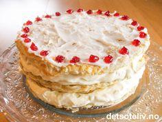 """Alle kjenner vi """"Napoleonskake"""", men kanskje best i form av klassiske, avlange porsjonskaker som fås kjøpt i konditorier. Her har du i stedet en flott """"Napoleonskake"""" laget som rund festkake! Det strides om """"Napoleonskake"""" er oppkalt etter selveste Napoleon Bonaparte eller ikke. Antakeligvis har kaken ikke noe med denne personen å gjøre, men er snarere oppkalt etter byen Napoli, som også er opphavsstedet til den italienske kaken """"Mille foglie"""" som ligner svært på kaken vi i Norge kaller…"""