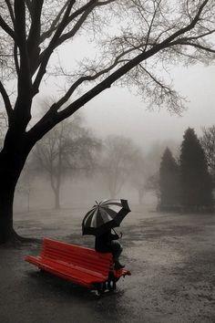 Я нарисую в свой альбом Рисунок черно-белый простым карандашом. Высокую гору, на ней грустный дом, Печальное небо и дождь за окном...