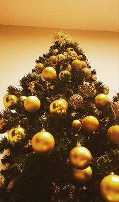Decoração de Natal: como não errar • Decor di Fulô Decoration, Christmas Tree, Holiday Decor, House, Home Decor, Green Trees, Fairy Lights, Natural Materials, Color Schemes