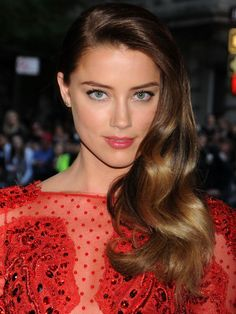 Amber Heard Ombre Hair Color Formula! Starting Level: 5 Base: 5GD (1oz), 5N (1/2oz) mixed with 20 vol creme developer (1 1/2oz) Baylayage/Ombre: Hand paint or foil pieces with 1 scoop of Naturlite Blue Powder (Bleach-free), mixed with 2 scoops of creme developer (10 vol)