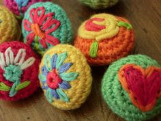 crochet buttons with embroidered things on them by little woollie Crochet Brooch, Crochet Buttons, Diy Buttons, Vintage Buttons, Love Crochet, Crochet Yarn, Crochet Flowers, Crochet Stitches, Crochet Patterns