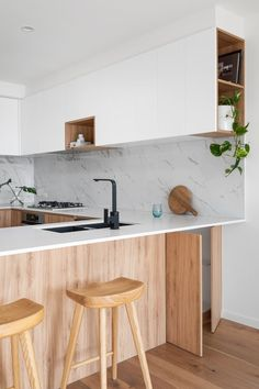 Decorating a kitchen on a budget? Check out these 10 affordable kitchen decor ideas that will help you transform your kitchen design into a beautiful cooking space for less! Modern Kitchen Images, Kitchen Pictures, Modern Kitchen Design, Wabi Sabi, Architectural Digest, Feng Shui Floor Plan, Kitchen Countertops, Kitchen Cabinets, Stone Countertops