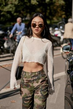 Attendees at Milan Fashion Week Spring 2020 - Street Fashion Printemps Street Style, Spring Street Style, Fashion Week, Milan Fashion, Street Fashion, Lingerie, Pull, Blouse, Korean Girl