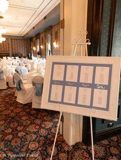 Un bonito marco blanco puede ser perfecto para poner tu lista de invitados con sus respectivos sitios.