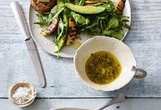 Avocado-Thymian-Salat mit Orangen-Senf-Dressing und Ziegenkäse-Bruschetta