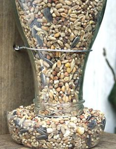 Comment recycler et réutiliser ses bouteilles en verre. Pour ceux qui n'aiment pas jeter, voici quelques idées récup et recyclage pour vos bouteilles en verre. Avec plusieurs bouteilles en verre on peut faire des arbres-bouteilles pour décorer le jardin et jouer avec la lumière. - Source :...