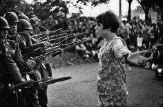 Washington, 21 octobre 1967, devant le Pentagone, lors d'une marche pour la paix au Vietnam, Jan Rose Kasmir donne un beau visage à la jeunesse américaine. (variante de celle mondialement connue) Jeune fille à la fleur (variante), manifestation contre la guerre au Vietnam, Washington, 21 octobre 1967