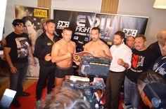 Das offizielle Wiegen der Boxer im Hotel Becher in Donzdorf für den morgigen…