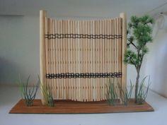 MODELOS ORIGINAIS de cercas japonesas feitos com Hachis (aqueles pauzinhos dos restaurantes japoneses) e com ornamentos de plantas.Possui 32 cm.  MOD 1 R$ 48,00 MOD 2 R$ 70,00 comprimento 50 cm MOD 3 R$ 45,00 MOD 4 R$ 30,00 R$ 45,00
