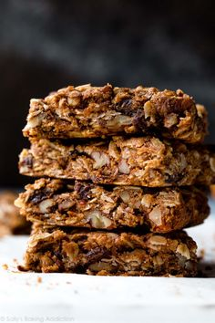 Delicious, wholesome, and dairy free, these soft oatmeal raisin cookie granola bars are an easy healthy snack that comes together in minutes! Granola Cookies, Granola Bars, Breakfast Bars, Breakfast Cookies, Breakfast Items, Soft Oatmeal Raisin Cookies, Baked Oatmeal Bars, Biscuits Aux Raisins, Sallys Baking Addiction